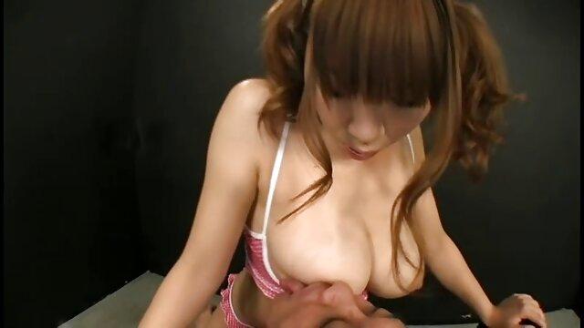 Vaquero videos eroticos esposas caliente penetra su muñeca mientras rebota en el trampolín