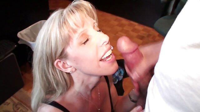 Eva Lisana se masturba con videos eroticos para masturbarse juguetes en la cama